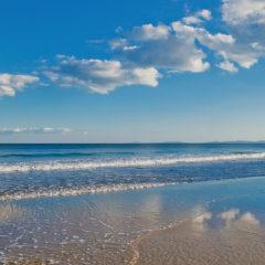черное море, легкие облака в небе