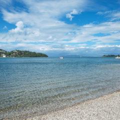 море, прозрачная вода, берег камушки
