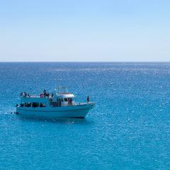 катер в синем море