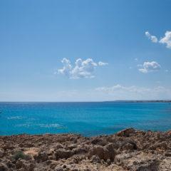 катер, синее море, скалистый берег
