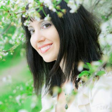 девушка и цветущая вишня
