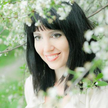 девушка и цветущая белоснежная вишня