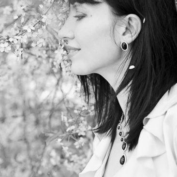 девушка и цветы вишневого дерева