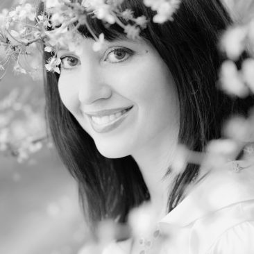 девушка и цветы вишни
