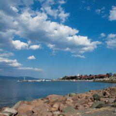 морская набережная и небо с облаками