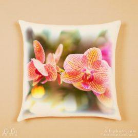 принт с орхидеями на декоративной подушке