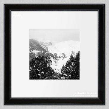 черно-белая фотокартина, горный зимний пейзаж