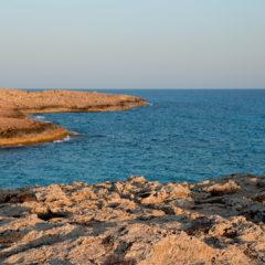 море и скалистый берег