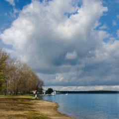 озеро, облака, полоса берега