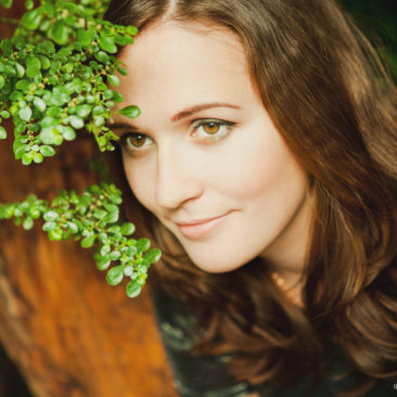 девушка и зеленое растение