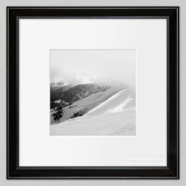 черно-белая фотокартина, в горах зимой