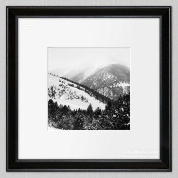 черно-белая фотокартина с горами зимой