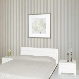 фотокартина с белой розой в интерьере спальни
