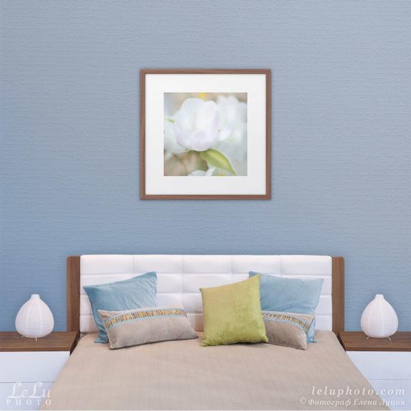 фотокартина с белым пионом в интерьере спальни